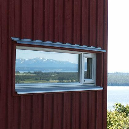 Fjäll speglas i husfönster
